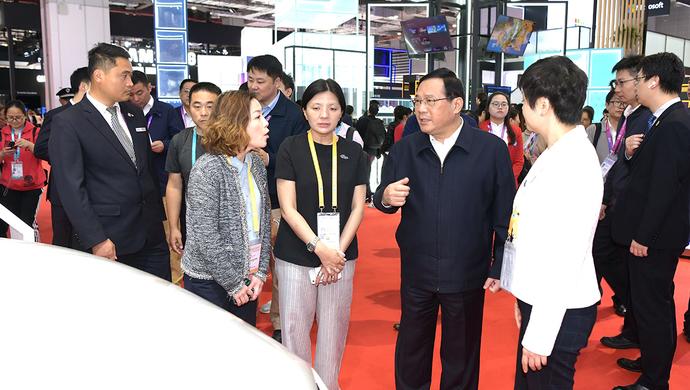 李強記者節再赴進博會,與中外展商、記者深入交流