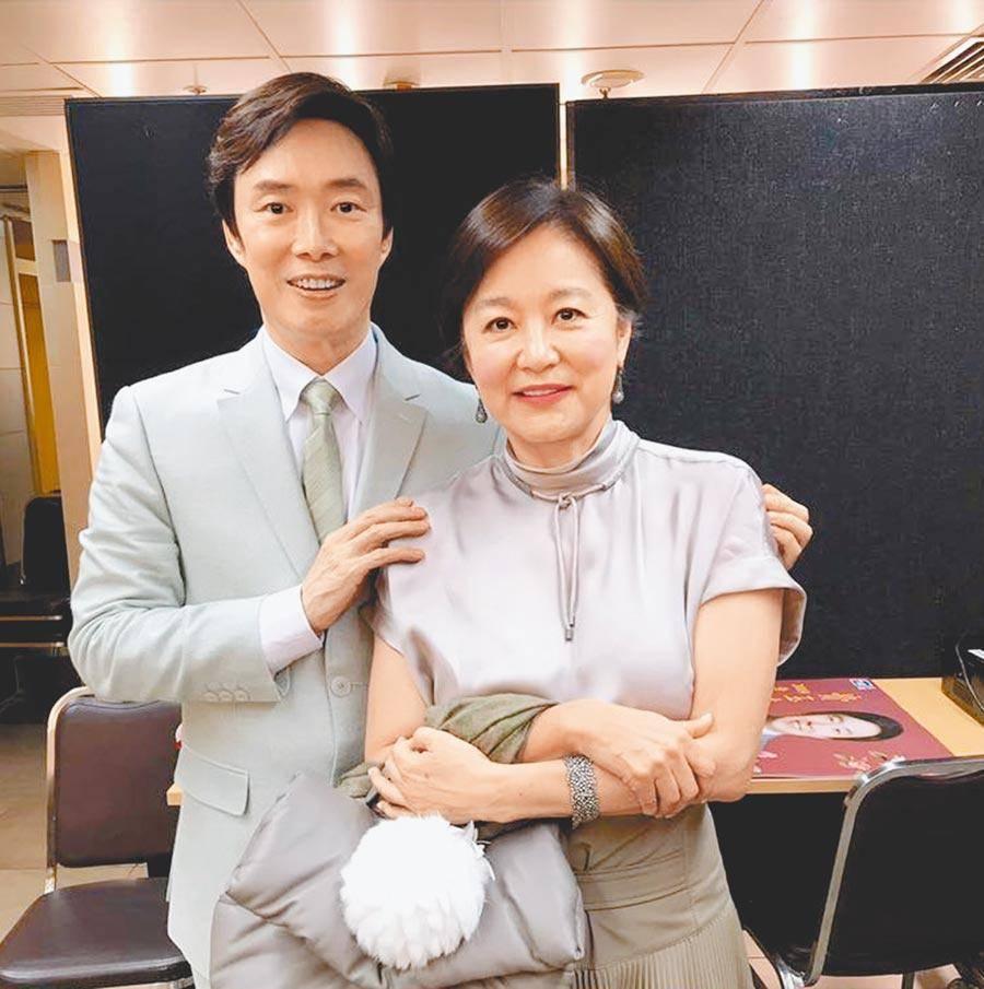 陈浩民携妻子与林青霞合影,两人与该作品有