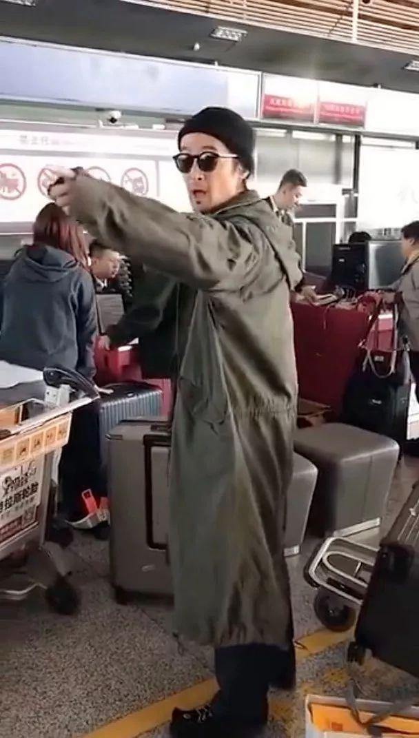 胡歌机场发飙怼代拍,肖战因代拍延误登机,职业代拍屡屡惹争议_胡彦斌