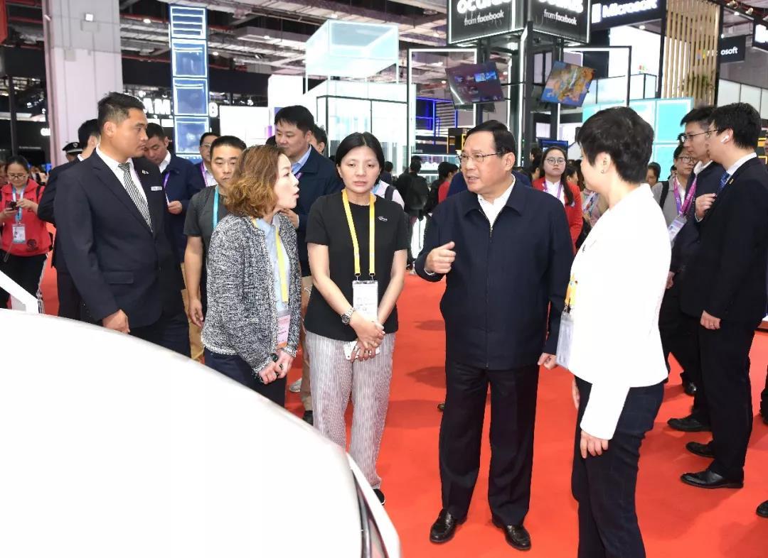 李強親切慰問報道進博會的記者,并實地察看第二屆進博會會場
