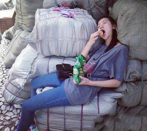 搞笑GIF图:媳妇,你简直就是一个吃货啊,都睡着了都不忘记吃 _段子