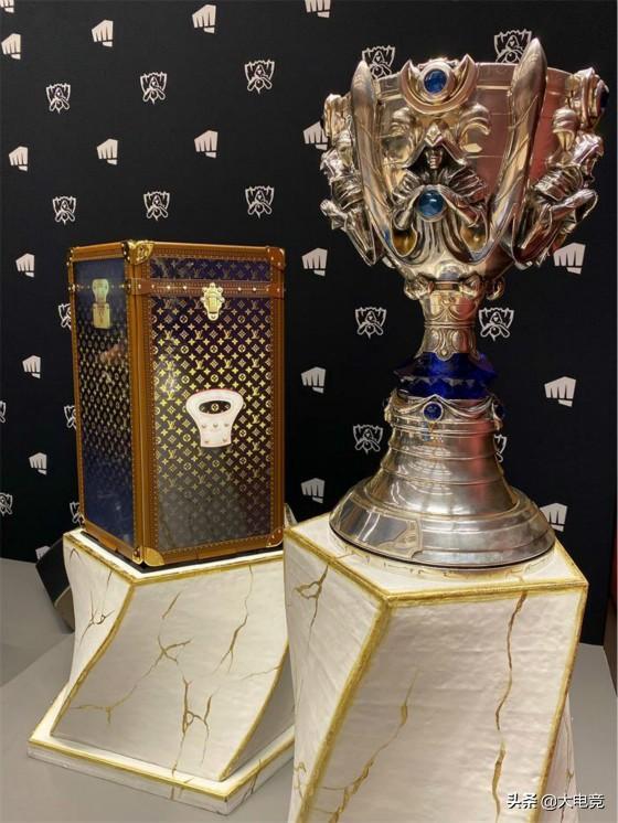 LOL-S9:冠军LV款奖杯箱正式亮相!FPX全员获赠LV背包_合作