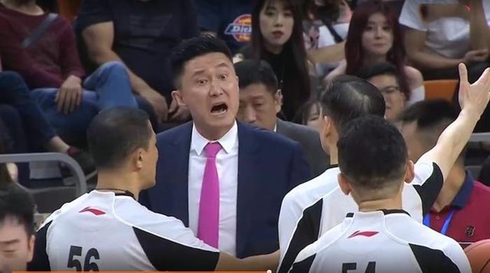 赵睿连续被撞倒,杜锋不满裁判被罚出场!广东末节发力取16分大胜