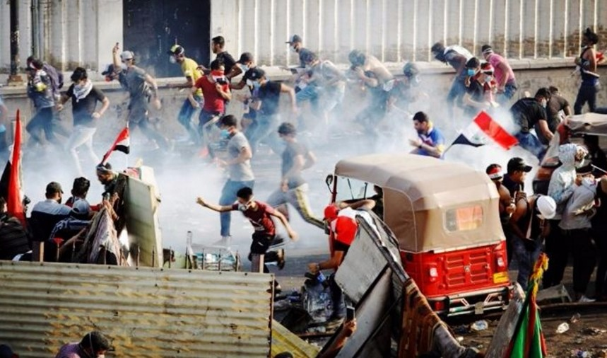 示威活动还在继续,桥梁被封锁,街上一边狼藉,居民不敢外出_萨达姆