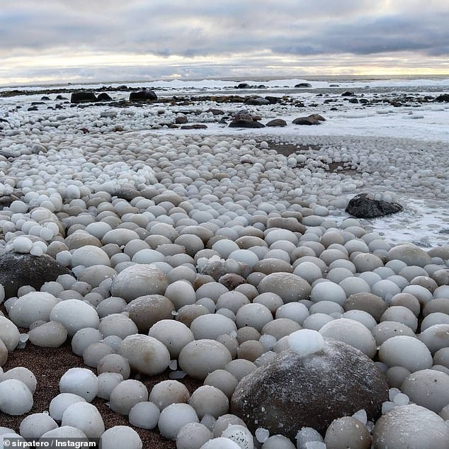 芬兰海滩惊现冰蛋足球那么大 数千颗冰蛋无与伦比