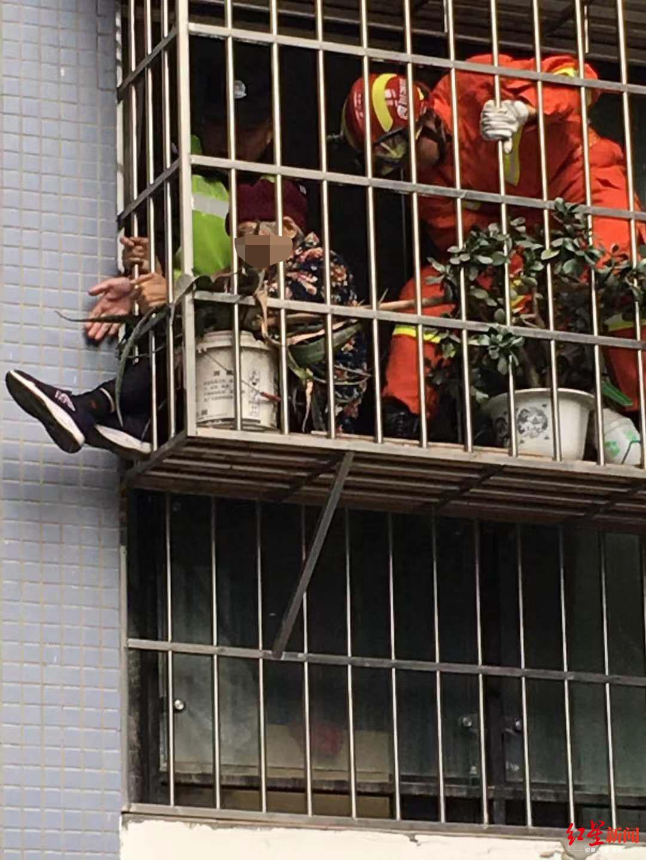 9旬患精神疾病老人翻到窗户护栏外,幸被及时救下_巡逻