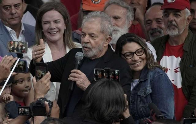 巴西前总统卢拉出狱,女友迫不及待:我来找你!