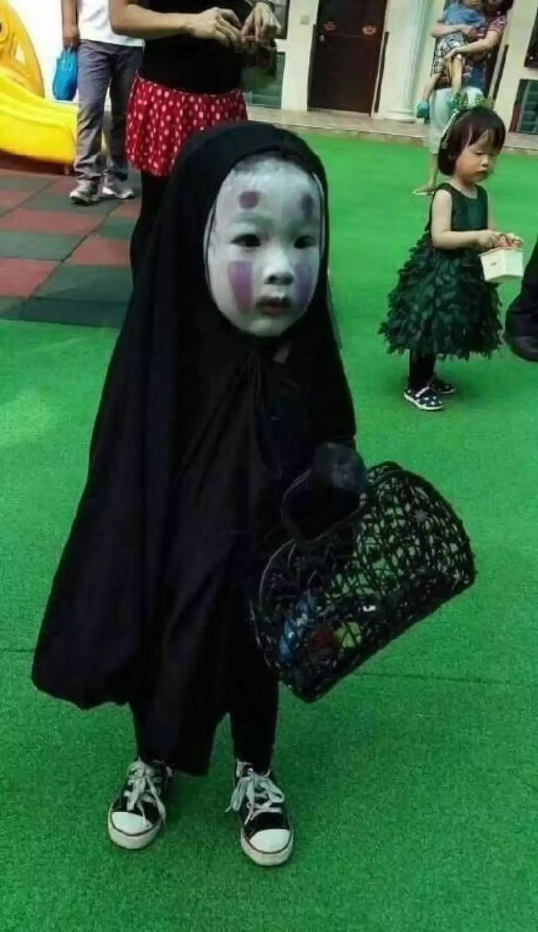 哈哈哈!中外萌娃万圣节造型大盘点,这个小女孩吓哭一群小朋友…_cos