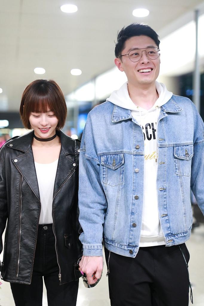 张嘉倪和小1岁老公走机场,剪齐刘海可爱显嫩,24cm身高差太瞩目_一身