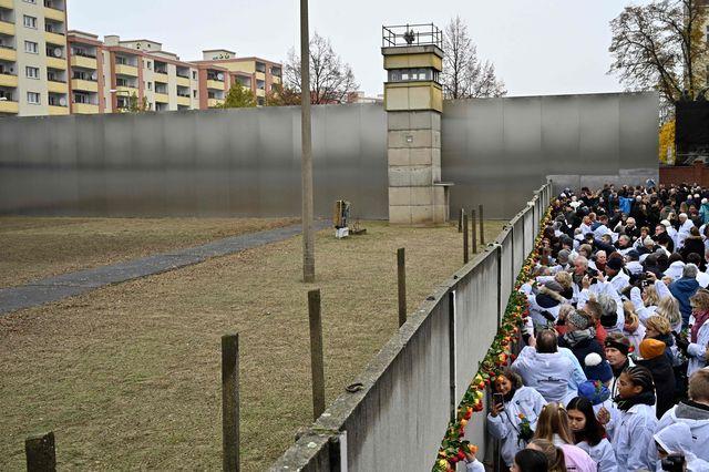 德国纪念柏林墙倒塌30周年,这张著名照片还有后续故事鲜为人知_康拉德·舒曼
