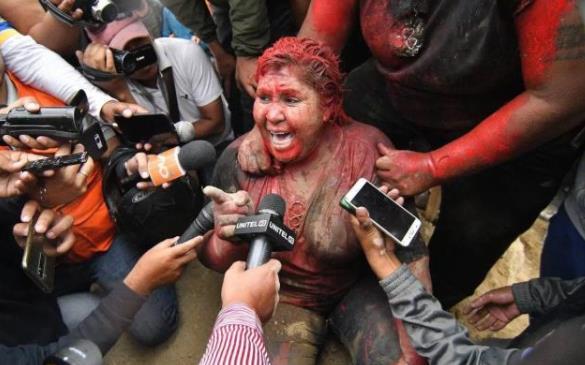 示威活动愈演愈烈,女市长遭喷漆拖街跪着辞职后,警察也叛变示威