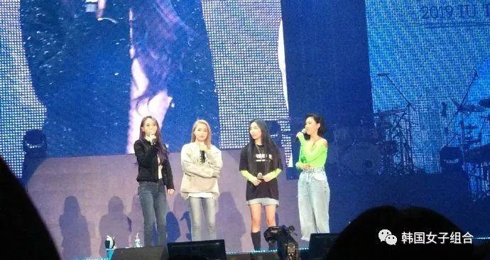 IU昨晚亞巡舞臺上的女團,這是什幺神奇同框!