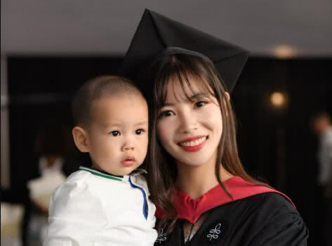她高三时被保送清华,大学期间怀孕生娃,22岁成为哈佛硕士