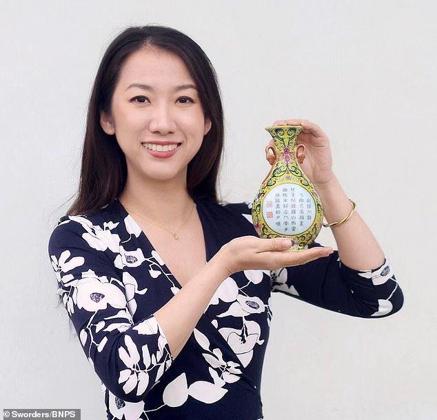 英国男子1英镑在慈善商店淘到乾隆御用花瓶,拍卖48.4万英镑