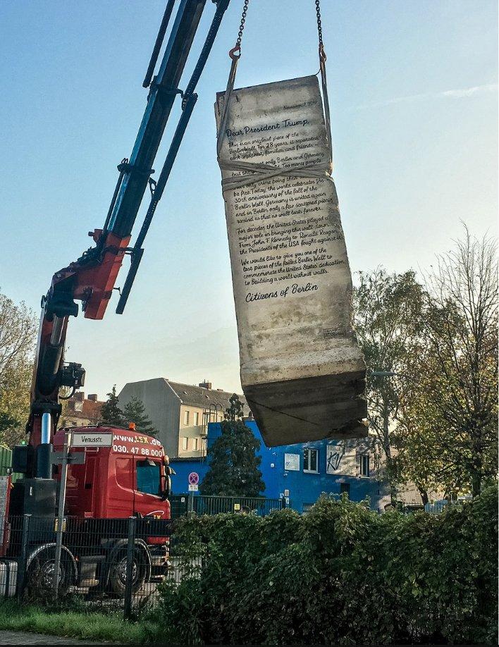 """德国人给特朗普送2.7吨""""重礼"""":没有墙能屹立不倒"""