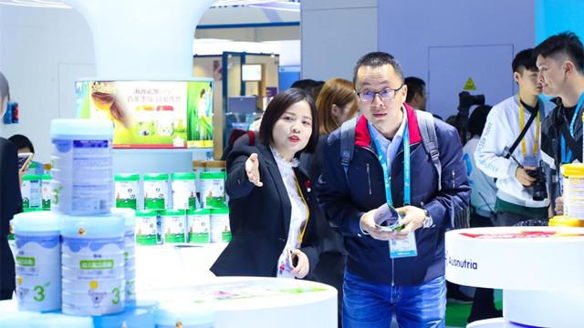 柳敬亭说书进博会乳企密集推新,行业竞争转入细