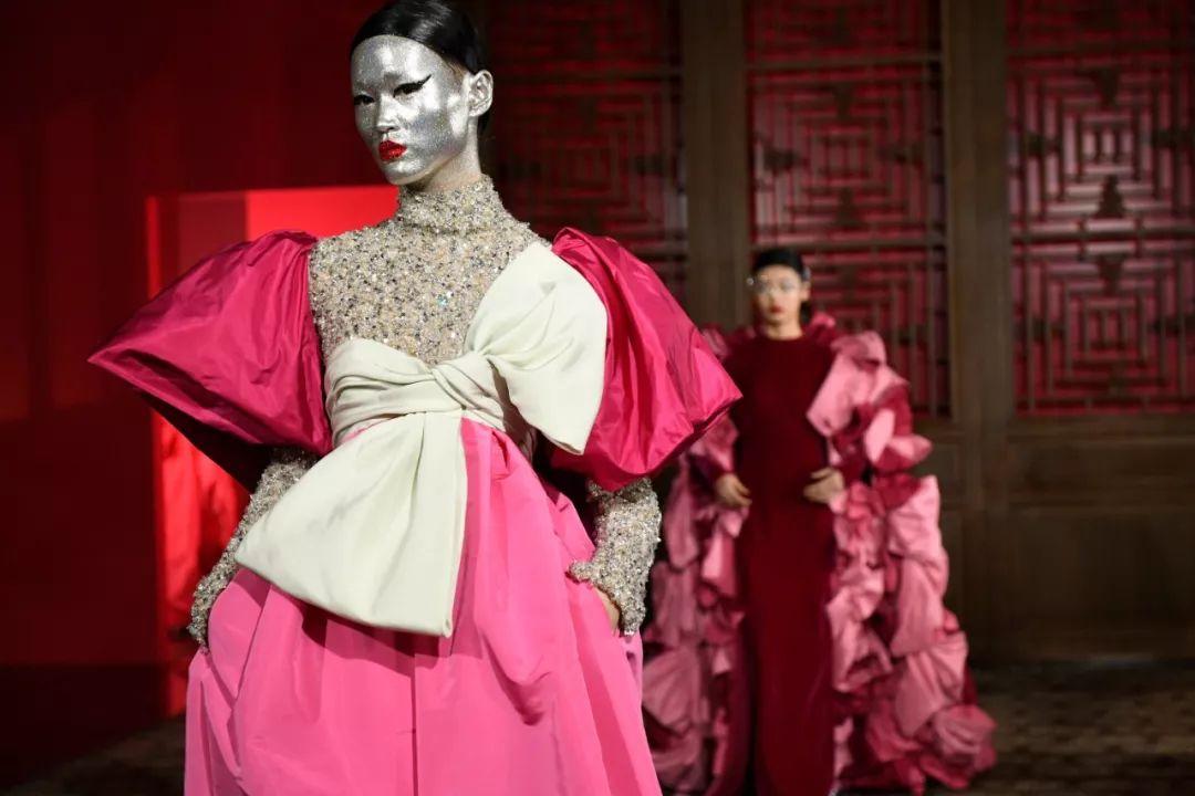 一周时尚大事|进博会开幕,LVMH老板成全球第二大富豪,卡戴珊空降薇娅直播间