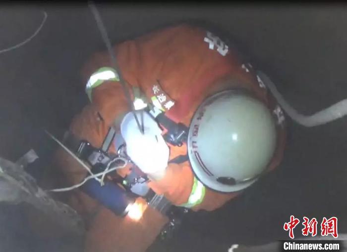 男子跳入30米深井轻生 消防员下井救援挽回性命_长治