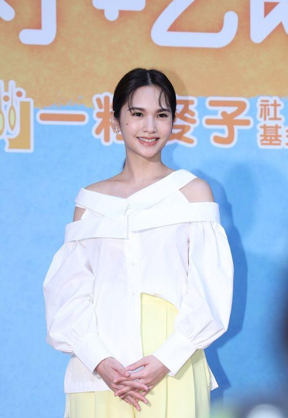 杨丞琳出席活动,白色上衣配阔腿裤露出直角肩,好身材曼妙如少女_锻炼