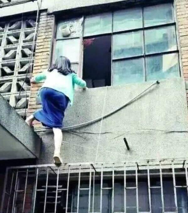 搞笑GIF:妹子,忘帶鑰匙也別爬墻呀!這摔下來多尷尬啊
