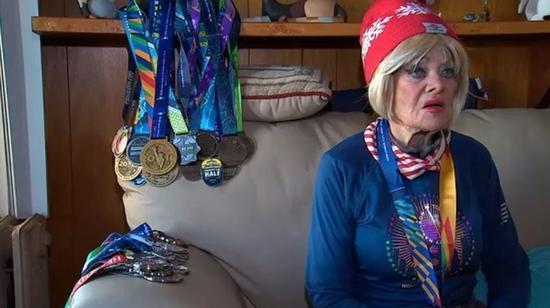 <b>86岁老太太完赛全马:对待生命的态度决定人生</b>