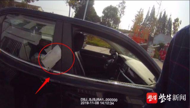 女子被人当街追砍!好心司机刚将她拉进车,一把菜刀砍在车门上