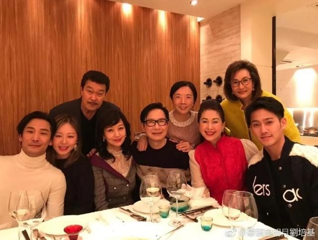 59岁TVB首位新闻女主播为赵雅芝庆生 网友称