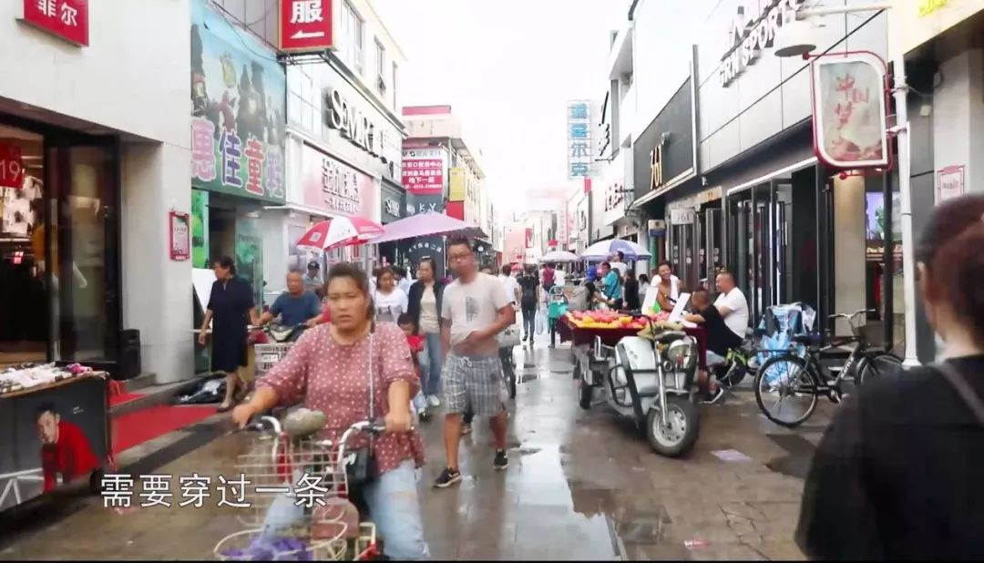 想要前往隐匿于闹市区的张家口堡,则需要穿过一条极具传奇色彩的商业街   修建于明朝的武城街,是张家口老城区最早的商业街,有点类似于北京的王府井   由于道路比较狭窄拥挤,宽度可达1.96米的xc90要想快速通过这里并非易事   冬奥标识在这里随处可见