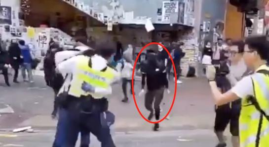 """港媒:香港警察遇险开枪制服暴徒后,疯狂暴徒威胁要""""把他女儿扔下楼"""""""