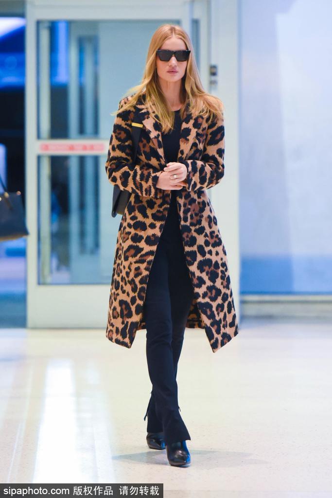 超模惠特莉身穿豹纹大衣,出街更显身材!