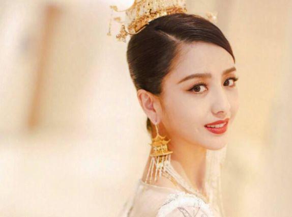 佟丽娅回家乡表演节目,当她和新疆人同框,才知她的颜值有多普通_美女