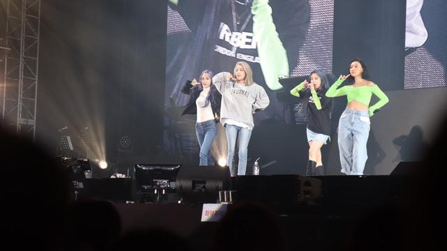 5年前曾合照過?韓女團當IU演唱會來賓,感謝前輩當年的照顧