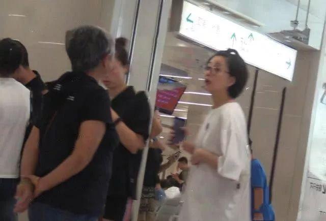 殷桃带母亲就医,短发黑框太妇女,当众怒斥母亲脾气暴躁