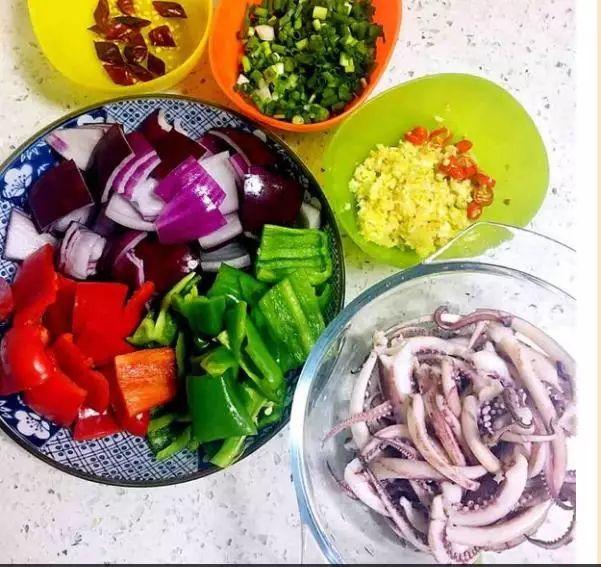 辣椒:青椒须,还是,红辅料,主料洋葱:干鱿鱼,食用油,白糖粉,蒜,姜糖粉更甜辣椒孜然图片