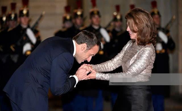 马克龙欢迎奥地利总理布丽吉特,和第一夫人同名,身材气质竟稳赢