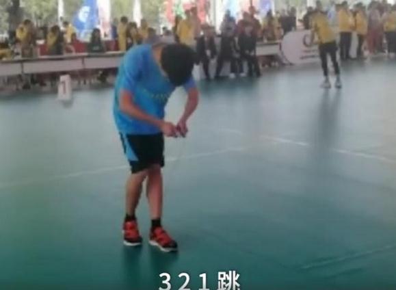 男孩跳绳1秒超7次 脚速快如马达