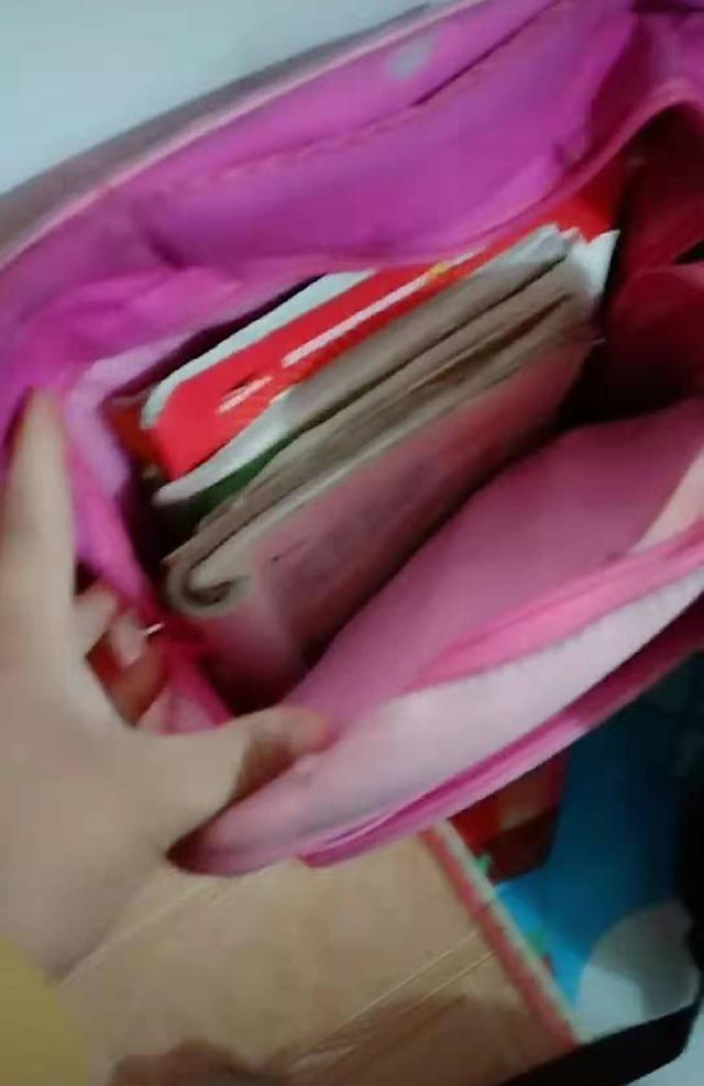 """家中3个孩子的书包呈现3种风格,妈妈很纳闷,网友:读书""""破""""万卷"""