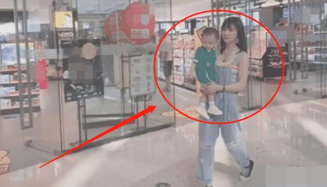 """""""最年轻姥姥""""火了,抱着外孙逛商场,网友:以为是孩子妈妈"""