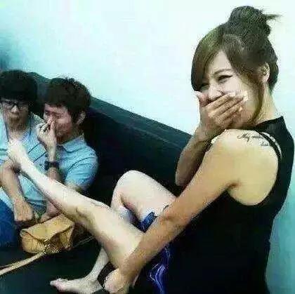 搞笑GIF趣图:妹子,你别偷笑了,你这脚有点臭啊,这哥们都快受不了啊!