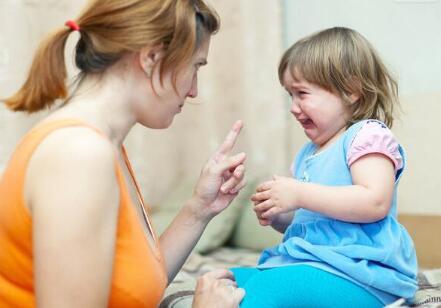 孩子在外面胆小在家里却很活跃,家长该怎么办呢?