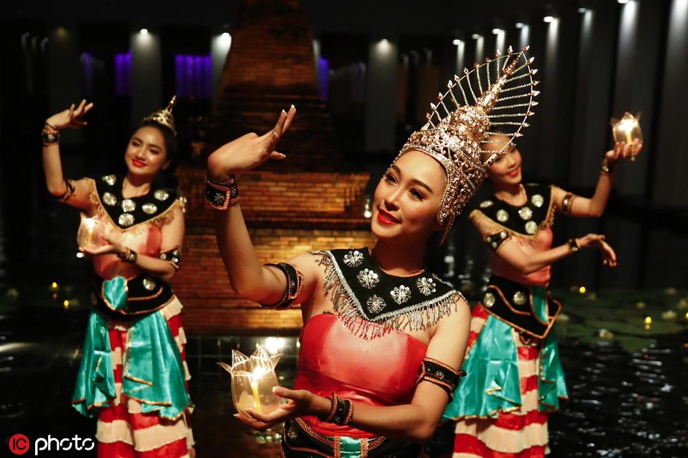 泰国水灯节来临舞者表演舞蹈美若天仙