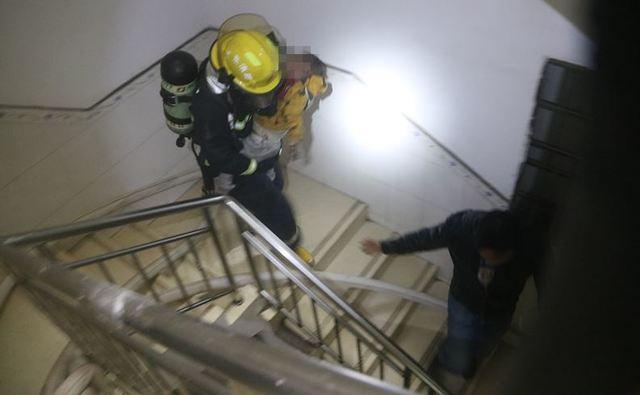 广东清远一房屋起火小男孩被困昏迷,消防员成功救出送医