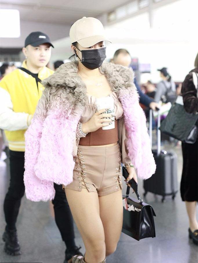 王菊穿短裤机场作妖,小肚腩泛滥,大腿粗的像个男人腿!