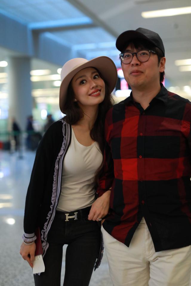 郎朗夫妇再现机场,吉娜穿紧身白T恤秀身材,这次婆婆拿行李!