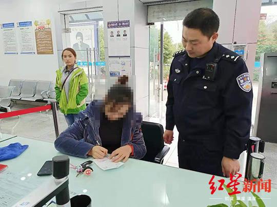 有人十字路口闯红灯 他拿着行车记录仪来到交警队……_李某某
