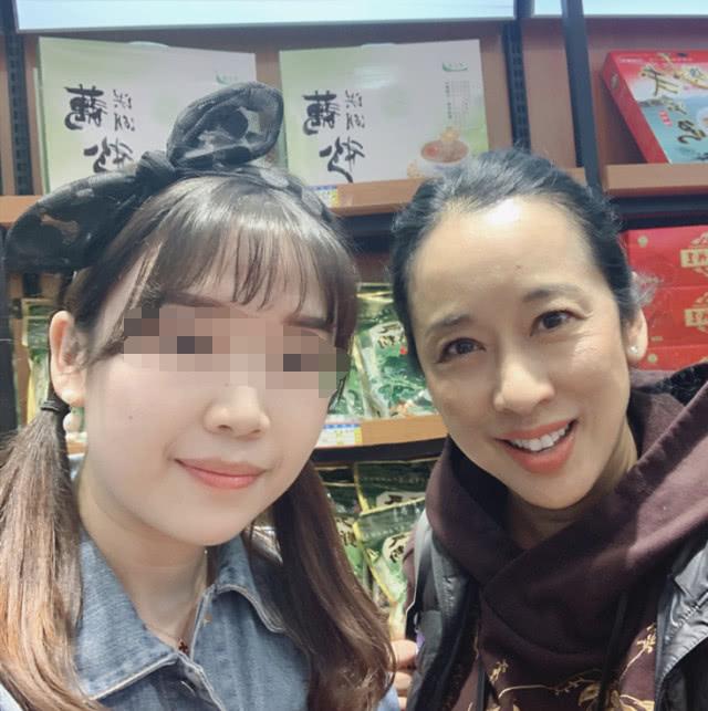 朱玲玲在武汉逛特产店,黑马甲里套卫衣,比年轻人还穿的时髦!