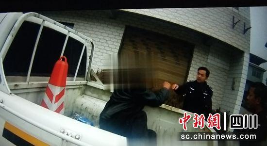 """沿滩:""""醉汉""""偷上警车货箱睡觉 不听劝还辱警被拘留_男子"""