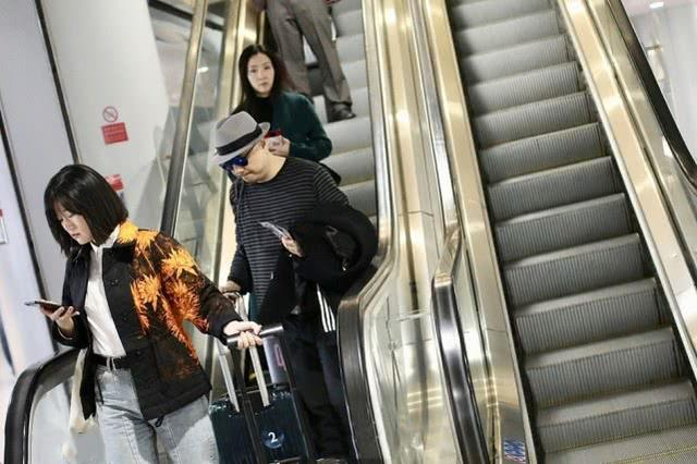 徐峥携老婆罕见同框机场步履匆匆,47岁陶虹素颜出镜皮肤零瑕疵
