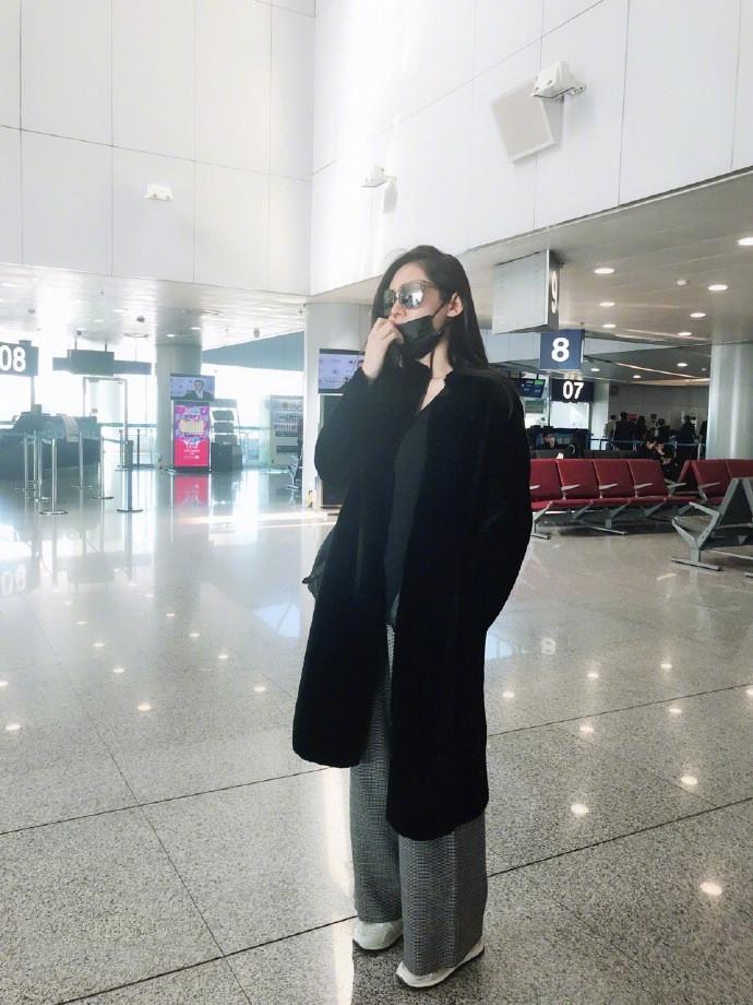 秋瓷炫终于高调一把,穿红色毛绒大衣减龄又时髦,40岁美得像20岁