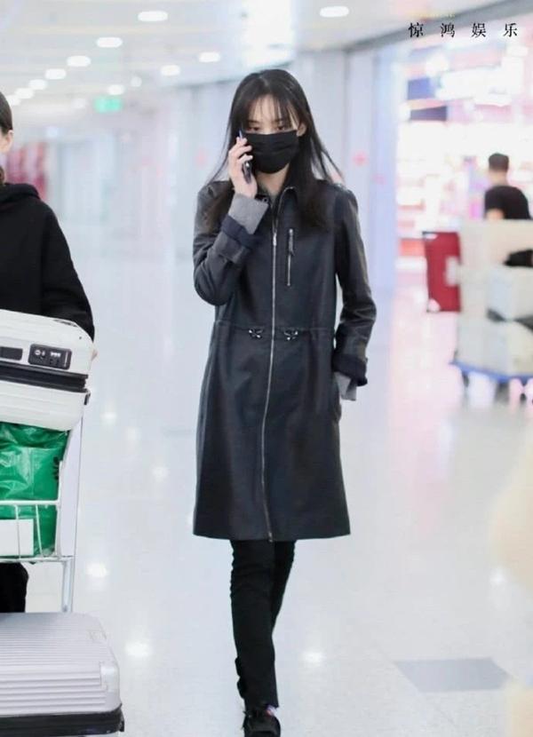 郑爽现身机场为躲粉丝被拽着跑,看见粉丝摔倒后扭头就走